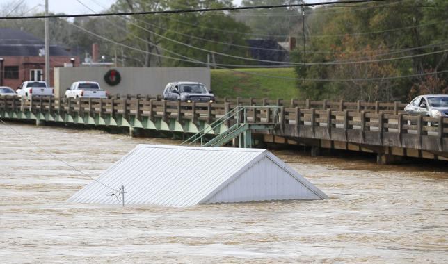 Traffic goes across the bridge on Alabama hwy 87 at the Pea River in Elba, Alabama, December 26, 2015. REUTERS/Marvin Gentry