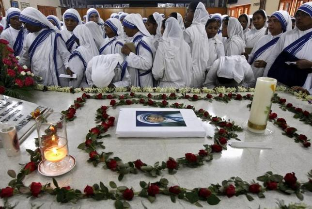 Catholic nuns from the Missionaries of Charity, the global order of nuns founded by Mother Teresa, pray at Teresa's tomb on her 18th death anniversary in Kolkata, India, September 5, 2015. Photo: REUTERS