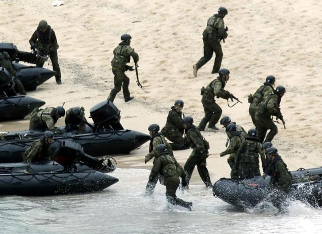 Japan Self-Defense Force (JSDF) soldiers land on Eniyabanare Island during a military drill, off Setouchi town on the southern Japanese island of Amami Oshima, Kagoshima prefecture, in this photo taken by Kyodo May 22, 2014. Photo: REUTERS