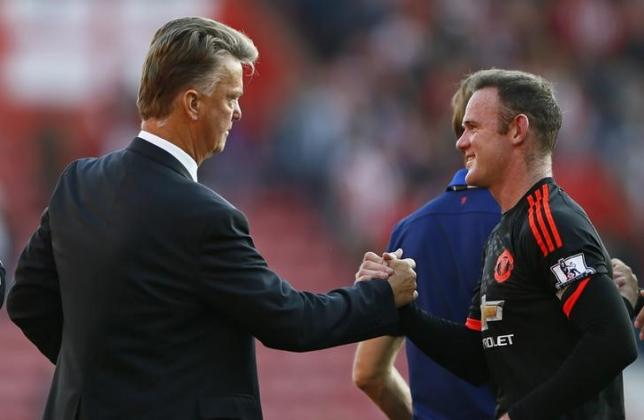 Manchester United's Wayne Rooney shakes hands with manager Louis van Gaal after the game against Southampton at St. Mary's Stadium on November 20, 2015. Photo: Reuters