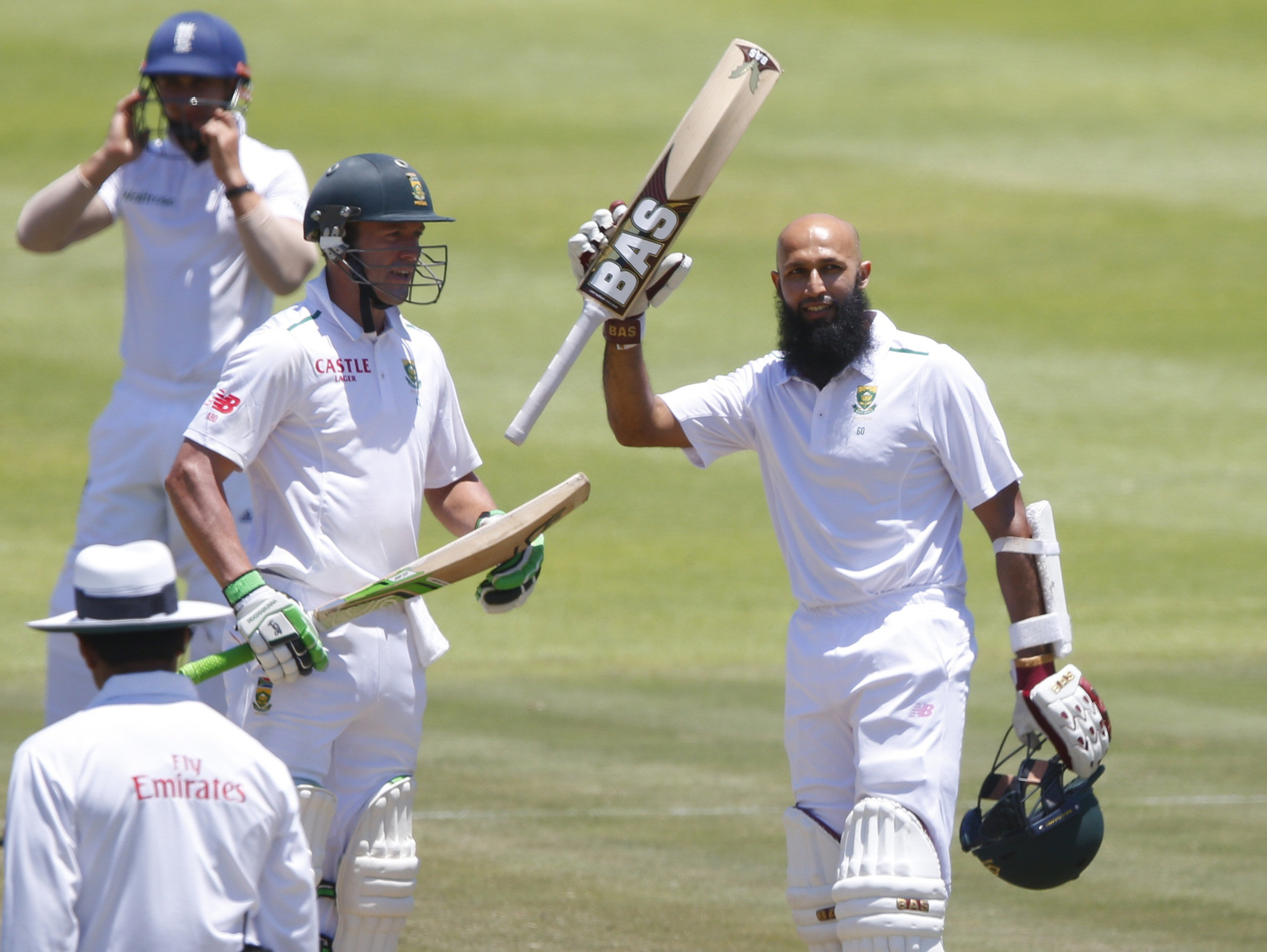 South Africa's Hashim Amla (right) celebrates scoring a century with AB de Villiers during the second cricket test match against England in Cape Town, South Africa, January 4, 2016. Photo: Reuters