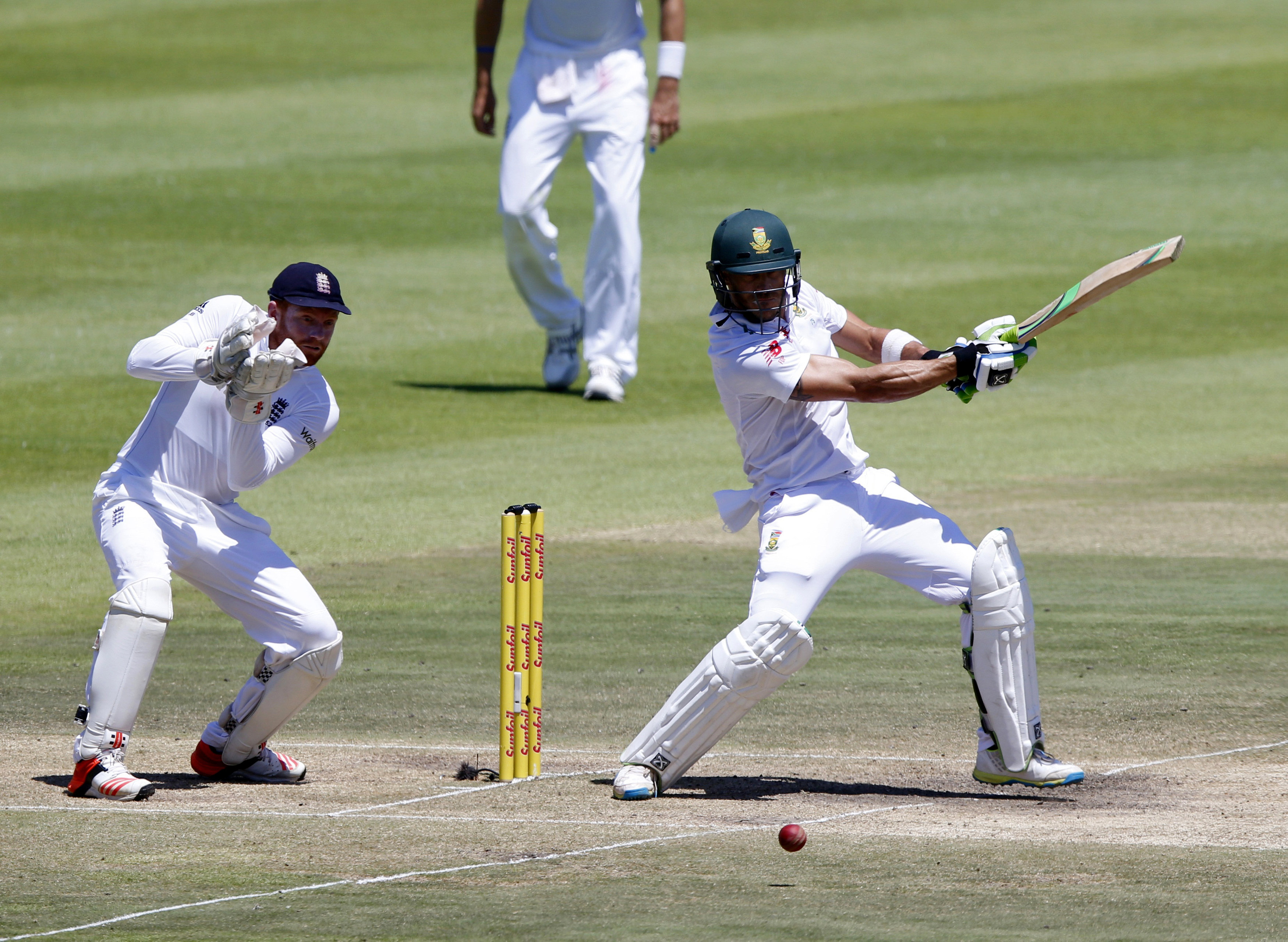 South Africa's Faf du Plessis (R) plays a shot as England's Jonny Bairstow looks on during the second cricket test match in Cape Town, South Africa, January 5, 2016. Photo: Reuters