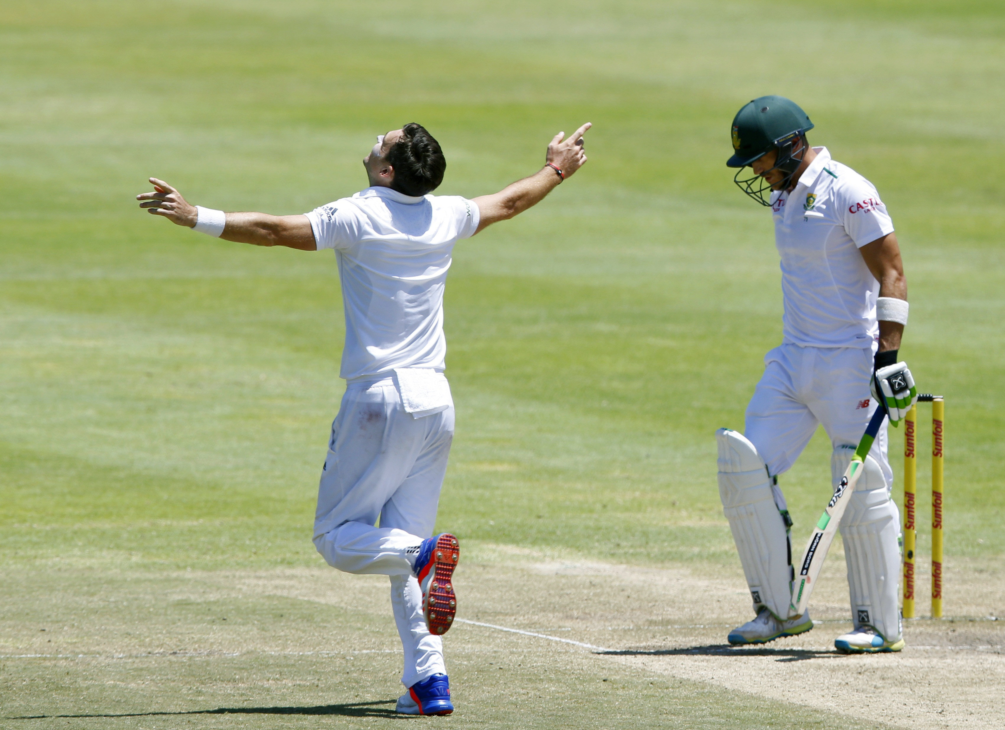 England's James Anderson celebrates the wicket of South Africa's Faf du Plessis during the second cricket test match in Cape Town, South Africa, January 5, 2016. Photo: Reuters