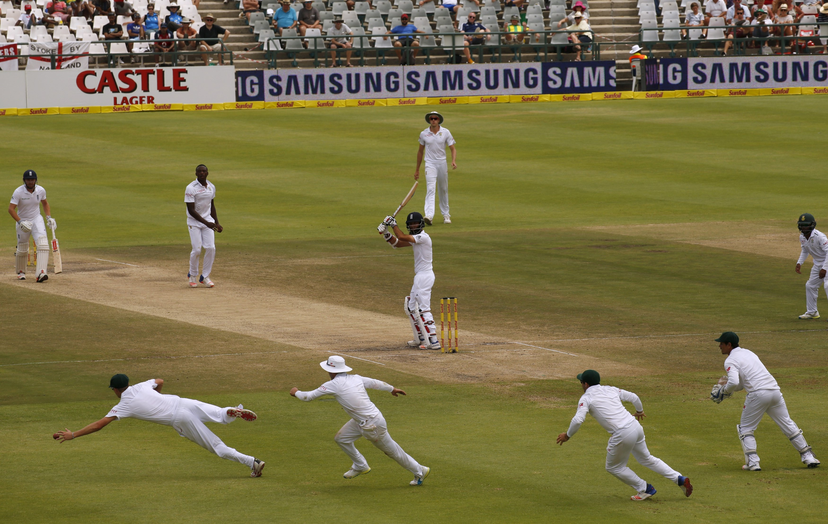 England's Moeen Ali watches as South Africa's Chris Morris (L) drops a catch during the second cricket test match in Cape Town, South Africa, January 6, 2016. Photo: Reuters