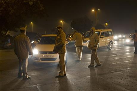 Indian policemen check passing cars on the New Year's eve in New Delhi, India, Friday, Jan. 1, 2016. Photo: AP