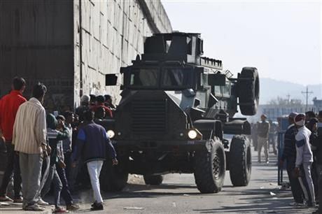 An Indian armored vehicle moves near an Indian air force base in Pathankot, 430 kilometers (267 miles) north of New Delhi, India, Saturday, Jan. 2, 2016. Photo: AP