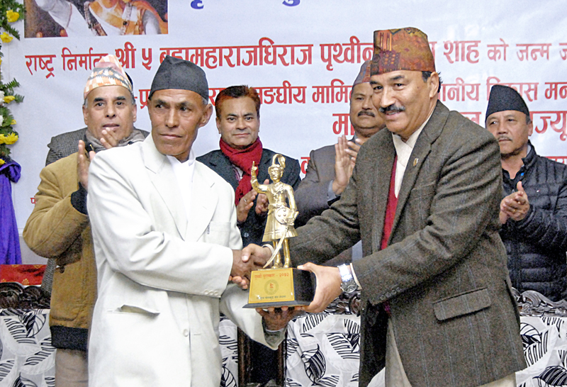 RPP-Nepal Chairman and Deputy Prime Minister Kamal Thapa (right) handing over a replica to Legendary marathon runner Baikuntha Manandhar during a felicitation programme in Kathmandu on Sunday, January 10, 2016. Photo: THT