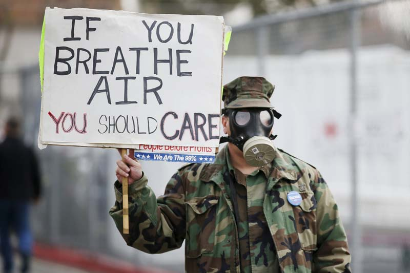 Brian Seligman holds a sign to protest a gas leak in the Porter Ranch area of Los Angeles before a meeting of the California Air Quality Management District in Granada Hills, California on January 9, 2016. Photo: Reuters