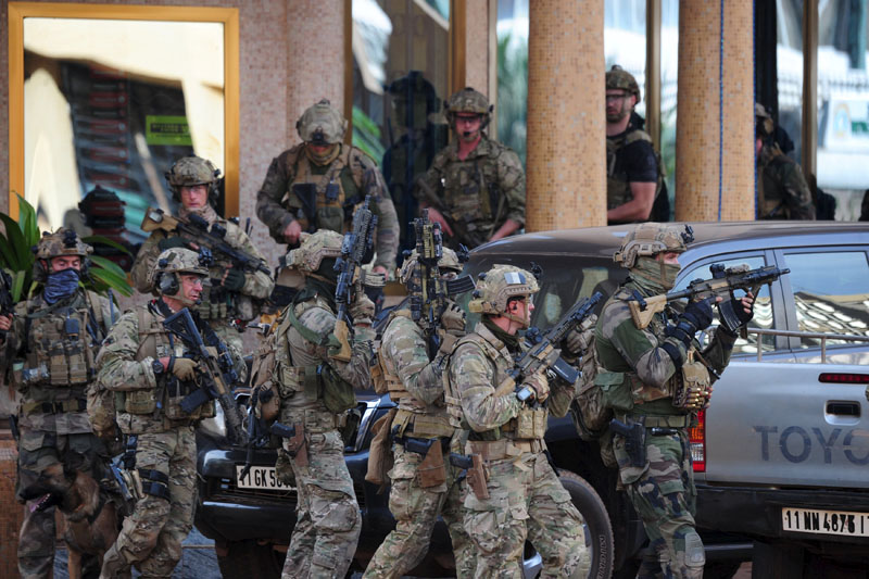French soldiers arrive at the site of the attack in Ouagadougou, Burkina Faso, January 16, 2016. Photo: Reuters