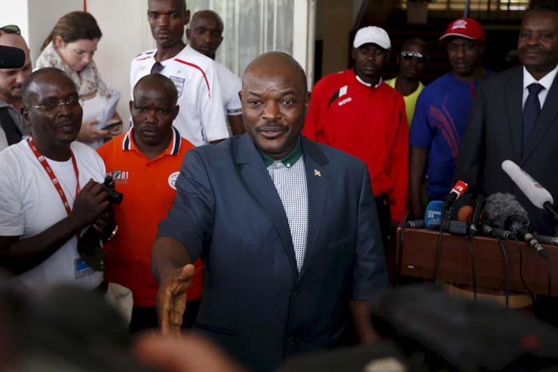 Burundi's President Pierre Nkurunziza (centre) greets journalists at the beginning of a news conference in Bujumbura, Burundi, May 17, 2015. Photo: Reuters