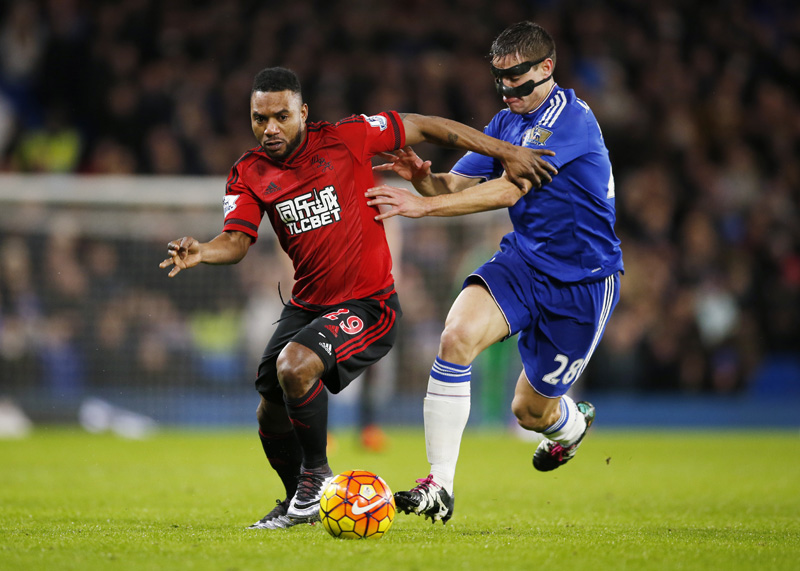 Chelsea's Cesar Azpilicueta in action with West Brom's Stephane Sessegnon nduring Barclays premier League game at Stamford Bridge in January 13, 2016. Photo: Reuters