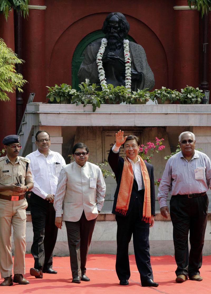 FILE - Chinese Vice President Li Yuanchao waves as he walks past a bust of Indian Nobel laureate Rabindranath Tagore at his ancestral house in Kolkata, India on Thursday, November 5, 2015. Photo: AP
