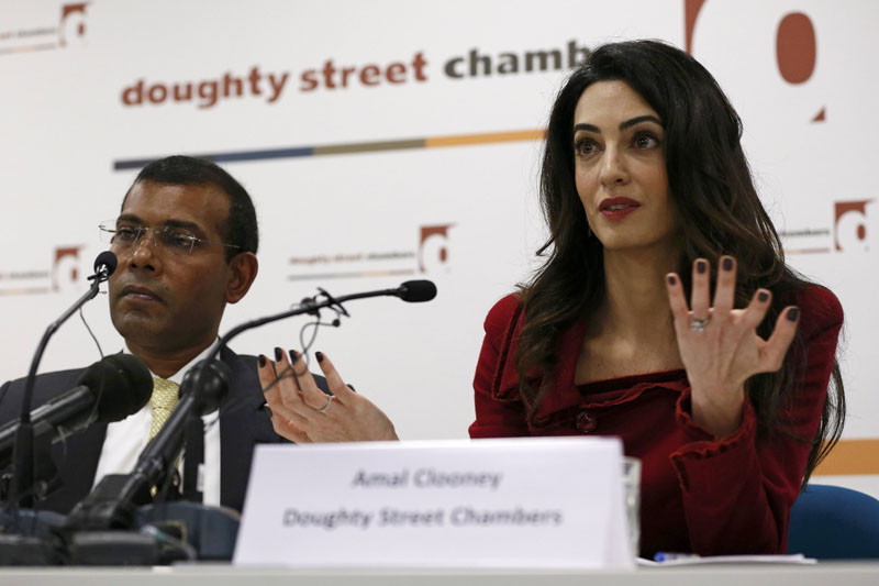 Lawyer Amal Clooney(right) sits with Former president of the Maldives Mohamed Nasheed during a news conference in central London, Britain January 25, 2016. Photo: Reuters