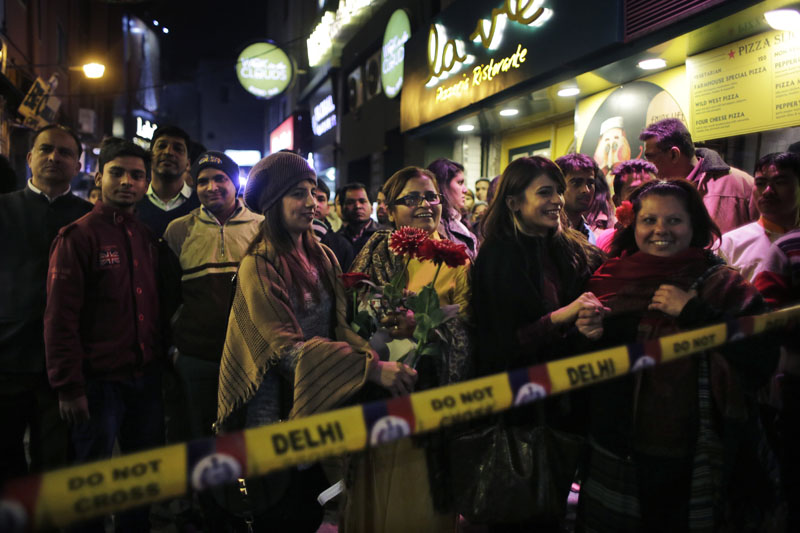 Shoppers crowd as they watch a drill to tackle a mock terror attack at a market place ahead of Republic Day in New Delhi, India, on Thursday, January 21, 2016. Photo: AP