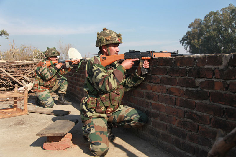 Indian army soldiers take positions on a rooftop of a building outside the Indian airbase in Pathankot, 430 kilometers (267 miles) north of New Delhi, India on Saturday, January 2, 2016. Photo: AP