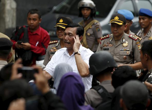 Indonesia's chief security minister Luhut Pandjaitan (C) visits the site of an attack in central Jakarta January 14, 2016. REUTERS/Darren Whiteside