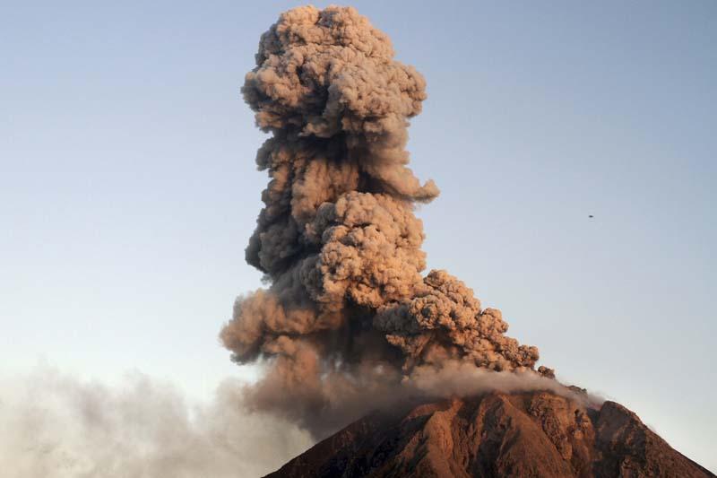 Indonesia's Mount Sinabung spews lava and ash during an eruption as seen from Tiga Serangkai village in Karo, Indonesia North Sumatra province, on January 7, 2016. Photo: Antara Foto via Reuters