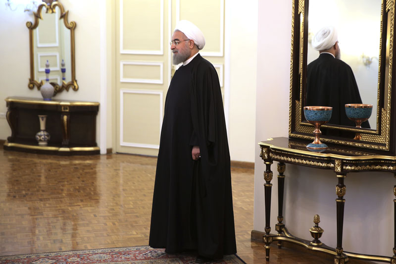 Iranian President Hassan Rouhani waits to welcome Pakistani Prime Minister Nawaz Sharif for a meeting in Tehran, Iran, on Tuesday, January 19, 2016. Photo: AP