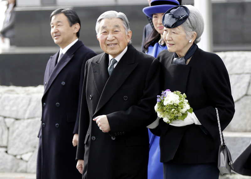 Japan's Emperor Akihito (second from left) and Empress Michiko walk before boarding their airplane to leave for the Philippines at Haneda international airport in Tokyo, on Tuesday, January 26, 2016. Photo: AP