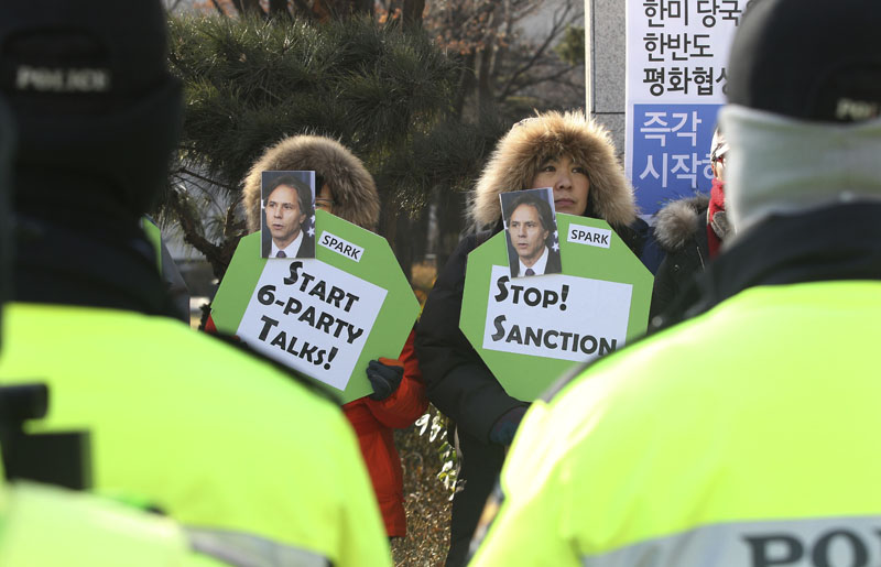 Protesters hold placards with photos of US Deputy Secretary of State Antony Blinken stage a rally demanding a restart of peace talks between two Koreas and six-party talks in front of the Foreign Ministry in Seoul, South Korea, on Wednesday, January 20, 2016. Photo: AP
