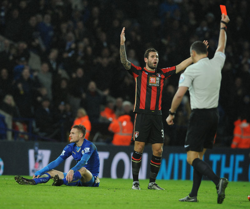 Bournemouthu2019s Steve Cook (centre) is shown a red card by referee Andre Marriner after a foul on Leicesteru2019s Jamie Vardy (left) during the English Premier League soccer match between Leicester City and Bournemouth at the King Power Stadium in Leicester, England on Saturday, January 2, 2016. Photo: AP