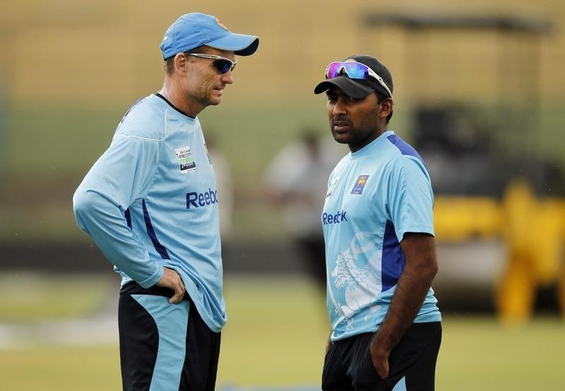 Sri Lanka's captain Mahela Jayawardene (R) talks with coach Graham Ford during a practice session ahead of their Twenty20 cricket match against India, in Pallekele August 6, 2012.REUTERS/Dinuka Liyanawatte/Files