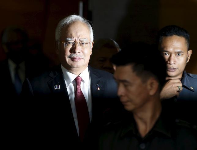 Malaysia's Prime Minister Najib Razak (L), with his bodyguards, leaves parliament in Kuala Lumpur, Malaysia, January 26, 2016. REUTERS/Olivia Harris