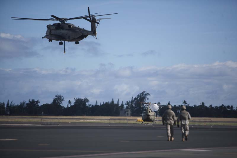 A CH-53E from Marine Heavy Helicopter Squadron 463 transports a UH-1 Helicopter from Kalealoa Airport to Joint Base Pearl Harbor-Hickam, Marine Corps Base Hawaii on September 24, 2014. Photo: US Marine Corps via Reuters