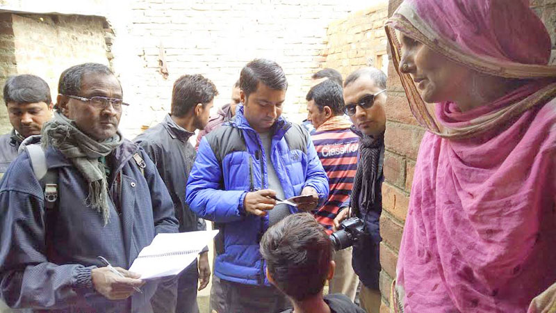 A team deployed from Parsa District Public Health Office talking to a family of a deceased one after a sudden increase in death incidents in Satbariya of Parsa district on Wednesday, January 27, 2016. Photo: RAM SARRAF