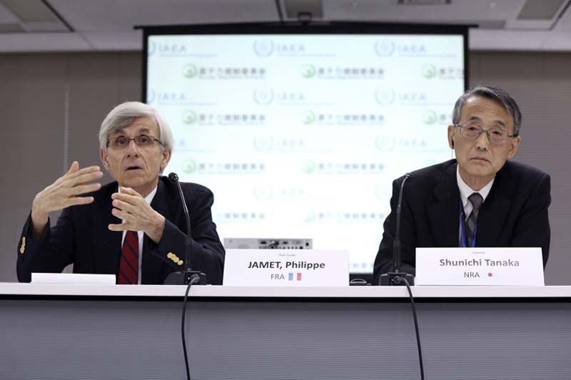 Philippe Jamet (left) commissioner of France Nuclear Safety Authority (ASN) and Integrated Regulatory Review Service (IRRS) mission team leader and Japan's Nuclear Regulation Authority Chairman Shunichi Tanaka attend a press conference in Tokyo, on Friday, January 22, 2016. Photo: AP