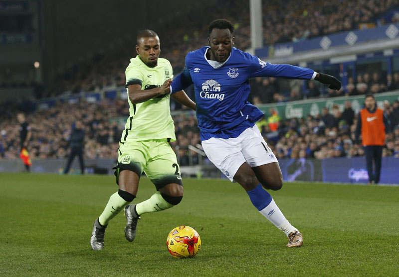 Everton's Romelu Lukaku (right) and Manchester City's Fernandinho vie for the ball during their Capital One Cup semi-final first leg match at Goodison Park on Wednesday. Photo: Reuters