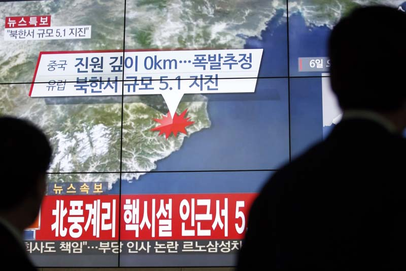 People walk by a screen showing the news reporting about an earthquake near North Korea's nuclear facility, in Seoul, South Korea, on Wednesday, January 6, 2016. Photo: AP