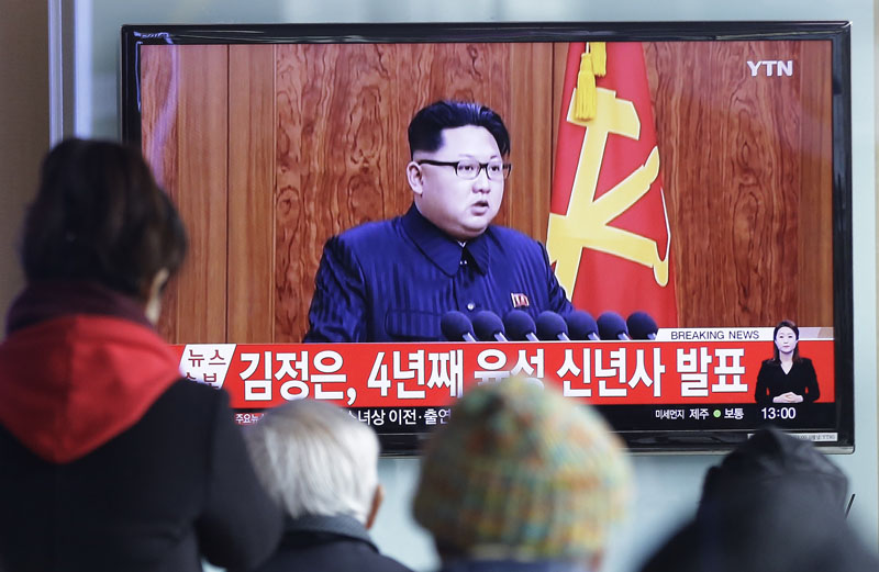 South Koreans watch a TV news program showing North Korean leader Kim Jong Un's New Year speech, at the Seoul Railway Station in Seoul, South Korea, Friday, January 1, 2016. Photo: AP