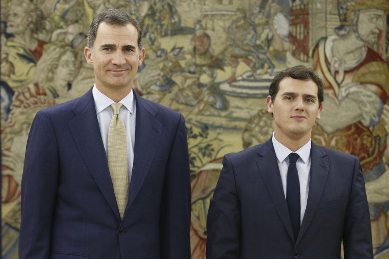 Spain's King Felipe VI, left, poses with Ciudadanos party leader Albert Rivera before a meeting at the Zarzuela Palace in Madrid, Spain, Thursday Jan. 21, 2016. King Felipe VI is meeting with political party leaders before nominating one to try to form a new Spanish government following an inconclusive national election last month. Traditionally, the monarch invites the election winner to form a government, but he can opt for other leaders if they can deliver a more stable option. (Angel Diaz, Pool Photo via AP)