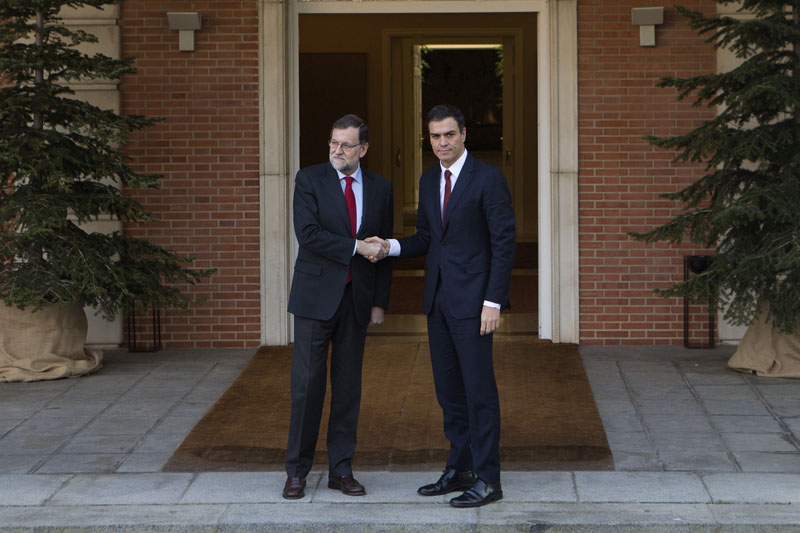 Spain's acting Prime Minister Mariano Rajoy (left) shakes hands with main Socialist opposition leader Pedro Sanchez before a meeting at the Moncloa Palace in Madrid, Spain, on Wednesday, December 23, 2015. Photo: AP