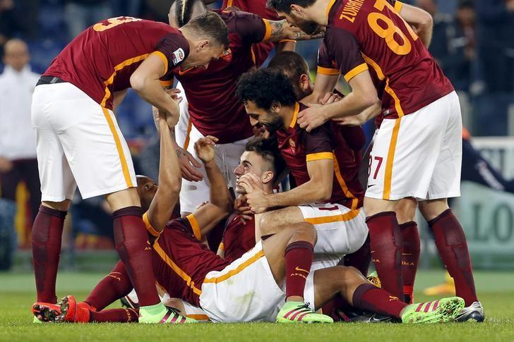 Football Soccer  - AS Roma v Frosinone - Italian Serie A - Olympic stadium, Rome, Italy 30/01/16AS Roma's Stephan El Shaarawy (C) celebrates with his teammates after scoring against Frosinone  REUTERS/Giampiero Sposito