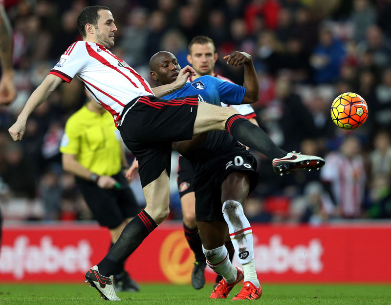 Sunderland's captain John O'Sheas (left) vies for the ball with Bournemouth's Benik Afobe, during the English Premier League soccer match between Sunderland and Bournemouth at the Stadium of Light, Sunderland, England, on Saturday, January 23, 2016. Photo: AP