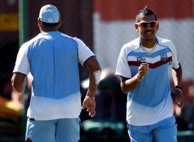 West Indies Sunil Narine (R) runs during a practice session in Colombo, October 6, 2012.  REUTERS/Dinuka Liyanawatte/Files