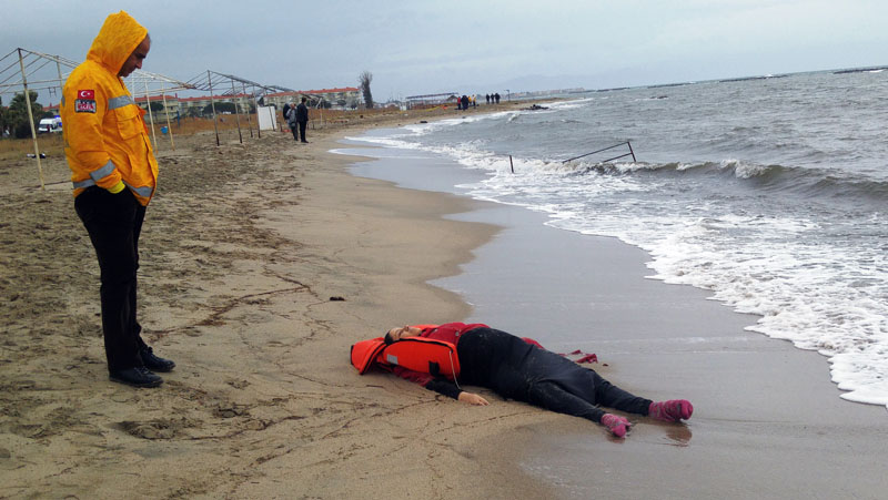 A Turkish rescue worker looks at the body of a migrant lying on the beach in Ayvalik, Turkey, on Tuesday, January 5, 2016. Photo: AP
