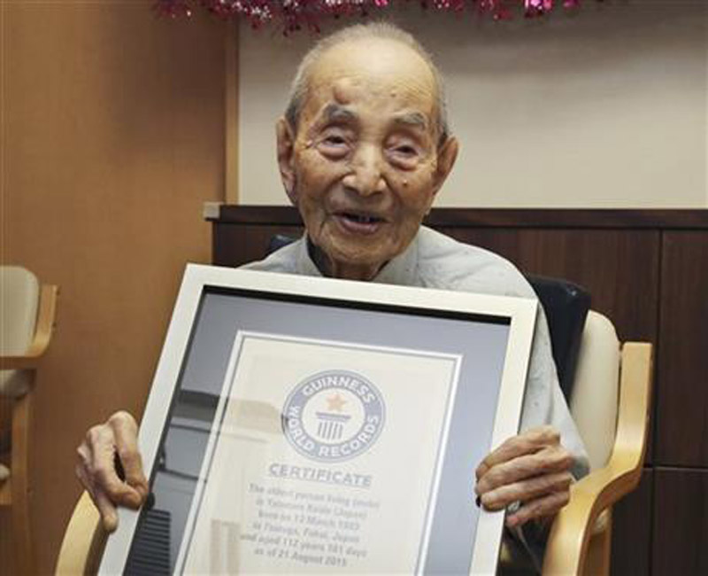 In this Aug. 21, 2015, file photo, Yasutaro Koide, 112, holds the Guinness World Records certificate as he is formally recognized as the world's oldest man at a nursing home in Nagoya, central Japan. Koide, who was born on March 13, 1903, has died on Tuesday, Jan. 19, 2016, two months short of his 113th birthday. Photo: AP