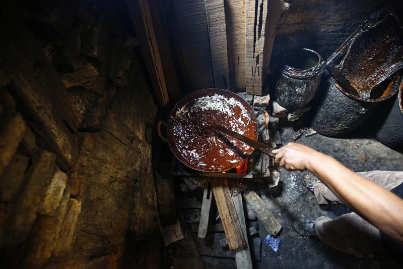 Molasses being heated at Shakti Chaku Pasal in Ombahal Gache, Lalitpur on Friday, January 8, 2016. Photo: Skanda Gautam/THT