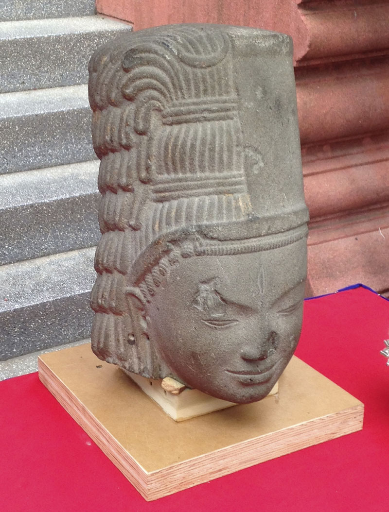 The head of a stone sculpture of Harihara, a Hindu deity, is displayed on a table before a ceremony to reattach it to its body at the National Museum in Phnom Penh, Cambodia, on Thursday, January 21, 2016. Photo: AP