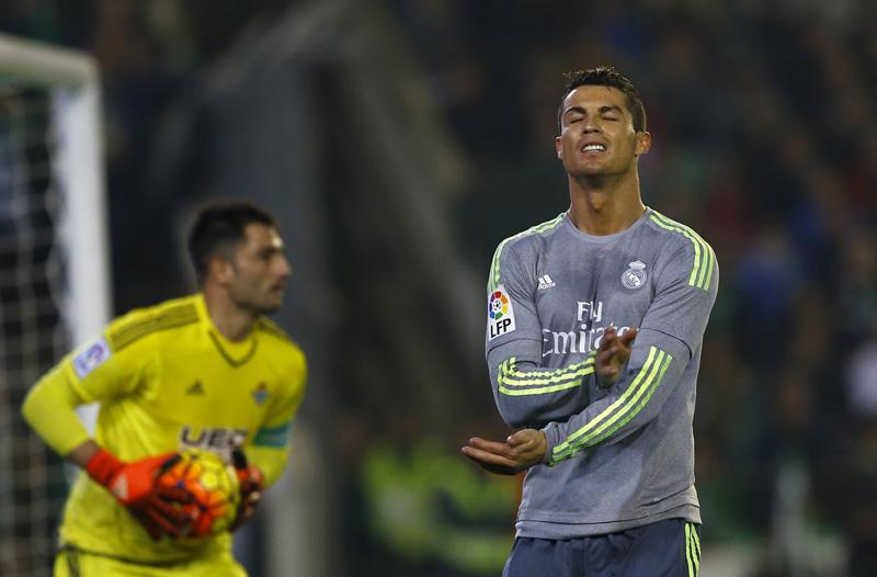 Real Madrid's Cristiano Ronaldo (R) reacts next to Real Betis' goalkeeper Antonio Adan during La Liga on Saturday, January 24, 2016. Photo: Reuters