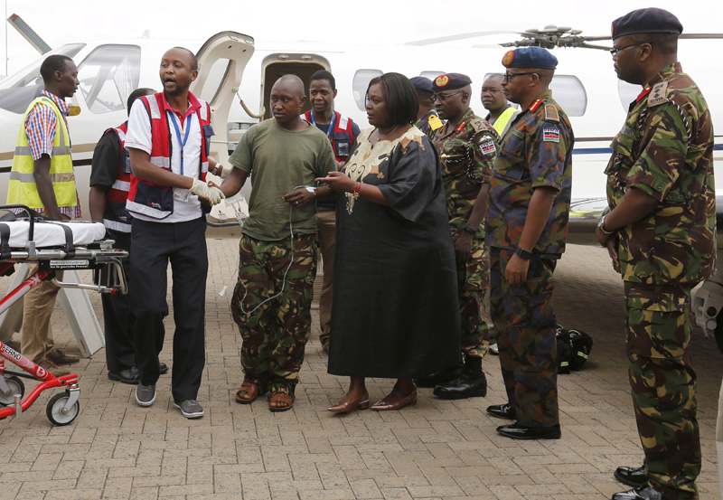 A wounded Kenyan soldier (C) serving in the African Union Mission in Somalia (AMISOM) is received by military officers and paramedics at the Wilson airport in Kenya's capital Nairobi, January 17, 2016. Photo: Reuters