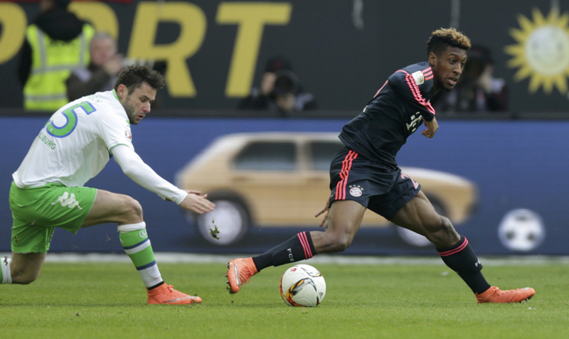 VfL Wolfsburg's Christian Traesch (left) and Bayern Munich's Kingsley Coman in action during Bundesliga at Volkswagen Arena on Saturday, February 27, 2016. Photo: Reuters