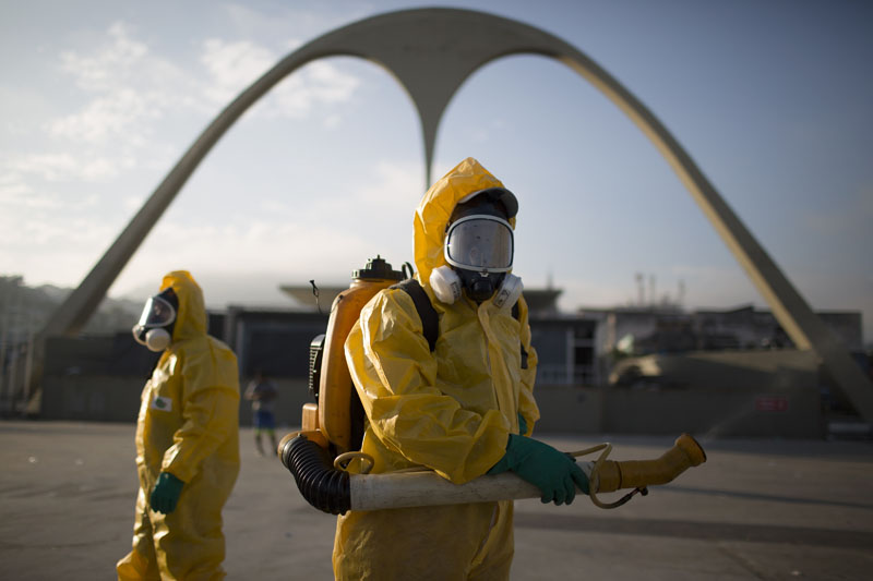 A health workers stands in the Sambadrome spraying insecticide to combat the Aedes aegypti mosquito that transmits the Zika virus in Rio de Janeiro, Brazil, on Tuesday, January 26, 2016. Photo: AP