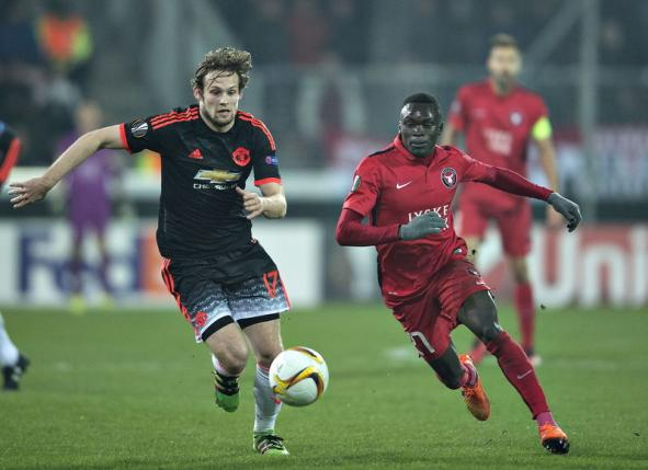 Manchester United's Daley Blind goes against FC Midtjylland's Pione Sisto     REUTERS/Henning Bagger/Scanpix Denmark