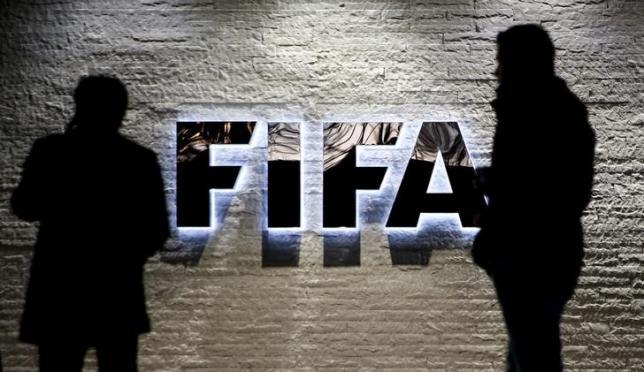 Journalists gather in front of FIFA's headquarters in Zurich, Switzerland December 2, 2015.  REUTERS/Arnd Wiegmann/Files