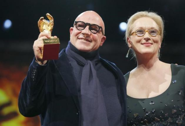 Director Gianfranco Rosi poses with Jury President and actress Meryl Streep (R) after receiving the Golden Bear - Best Film award for the movie 'Fuocoammare' (Fire at Sea) during the awards ceremony at the 66th Berlinale International Film Festival in Berlin, Germany, February 20, 2016.    REUTERS/Fabrizio Bensch