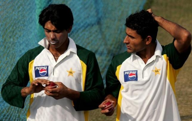Pakistani bowlers Mohammad Sami (L) and Abdul Razzaq attend a practice session ahead of the first test match against India in the northern Indian city of Mohali, March 6, 2005. REUTERS/Kamal Kishore/Files